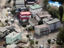 液状化が原因とみられる陥没被害が相次いだ札幌市清田区里塚地区=12日