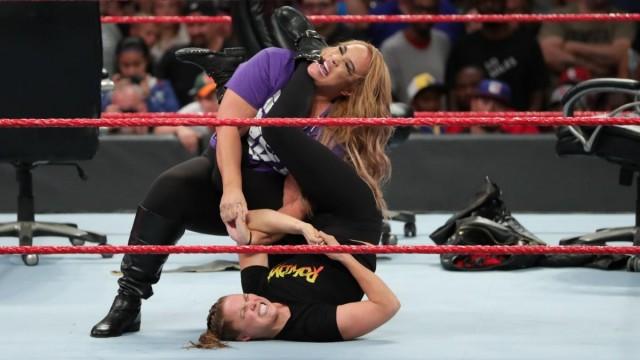 【WWE】ロンダ・ラウジー、王座戦を前に王者ナイア・ジャックスから腕十字でタップを奪う!