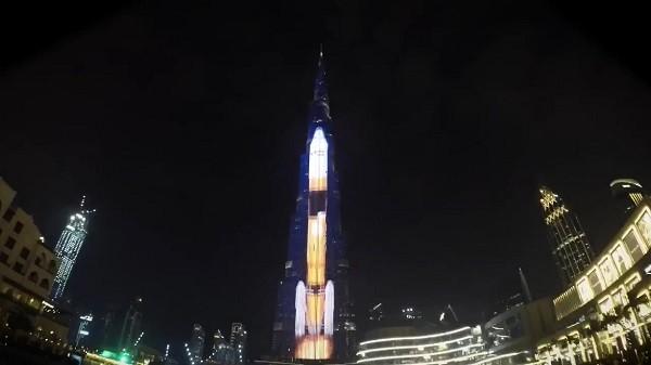 夜のドバイに巨大H-IIAロケット現る!世界最大ビルで祝福