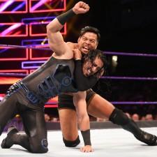【WWE】ヒデオ、ターンバックル外して串刺しドロップキック!トリプルスレット制す