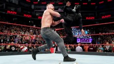 【WWE】王座防衛のアンブローズを変装したロリンズが襲撃