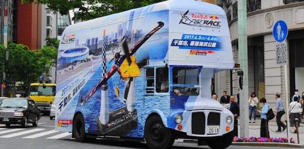 「レッドブル・エアレース千葉2018」仕様のロンドンバスが都内を周回
