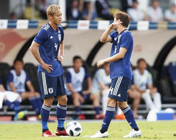 本田と長友、2人の認識のズレに、「ジーコの失敗」をくり返す予感